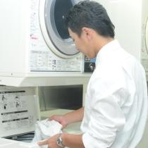 セルフ洗濯機・乾燥機(洗濯機は洗剤自動投入型で300円/回、乾燥機は100円/回です。)