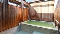 露天風呂 乳緑色に濁る掛け流し温泉。