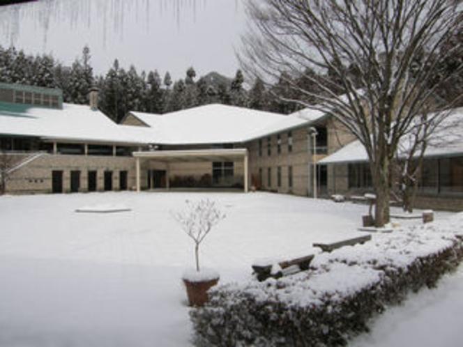 雪に覆われた中庭(冬)