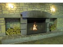 冬は暖炉に灯がともるラウンジ