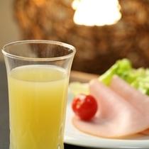 朝食_オレンジジュース・ハム
