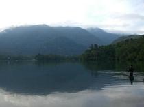 初秋の湯の湖