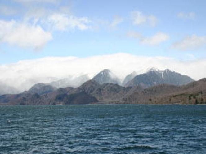 雪を抱く白根山付近