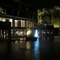 夜の池側からレストラン