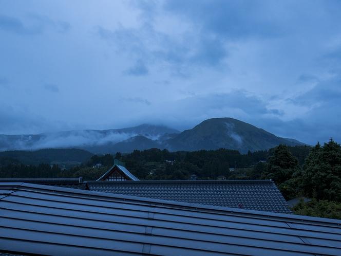 【周辺環境】雲がかかった日の出前の山々