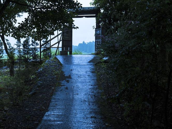 【施設】雨に濡れる客室通路