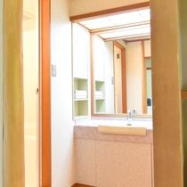*【洗面台】客室はバス・トイレ付き。洗面台の鏡も大きく、使いやすい。