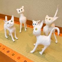 *【館内展示物】5匹の猫が、可愛らしい表情を向けてくれます。