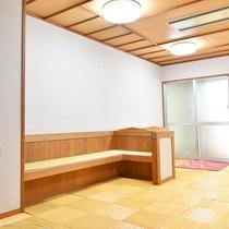 *【大浴場】女湯の脱衣所には、腰掛けを備え付けております。