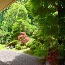 *【景観】ラウンジからは手入れの行き届いた中庭をご覧になれます。