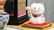 *【館内展示物】可愛らしい猫の置き物もお楽しみください。