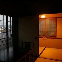【清風荘】鳥のさえずりに耳をかたむけながら、窓からの眺めをお愉しみください。