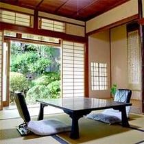 【広申閣(1Fのお部屋)】心地よい和室に新緑の光が美しく広がります。