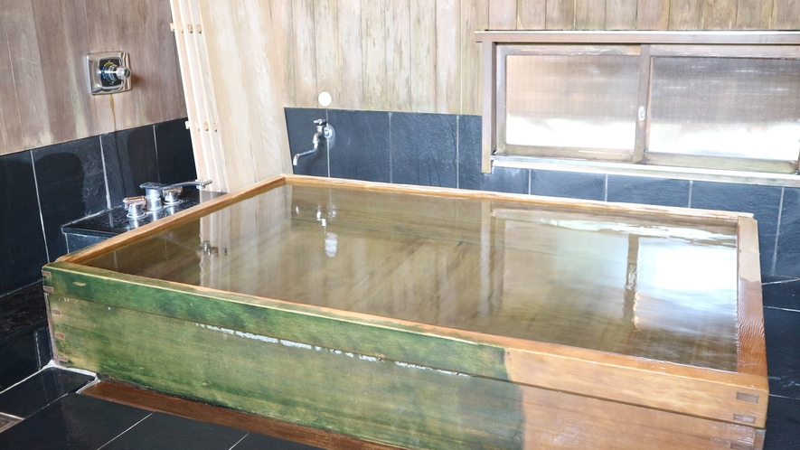 *高野槇(コウヤマキ)の浴槽・・・木目が緻密に通り、色は黄白色、光沢が美しく檜よりも輝いて見えます。