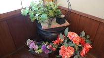 *館内/お香の香りと季節の花々が癒しの空間を演出。都会の喧騒をしばし忘れさせてくれますよ☆