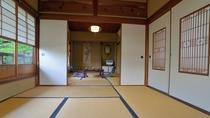*【広申閣一例】二間続きの和室でごゆっくりとお過ごしいただけます。窓の外には緑も広がります