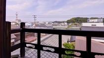 *【楓の眺望一例】窓からの眺めは格別で、鮮やかな緑に包まれた庭園や玉島港の風景を一望できます。