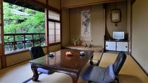 *【広申閣一例】庭園を眺める和室でごゆっくりとお過ごしいただけます。窓の外には緑も広がります