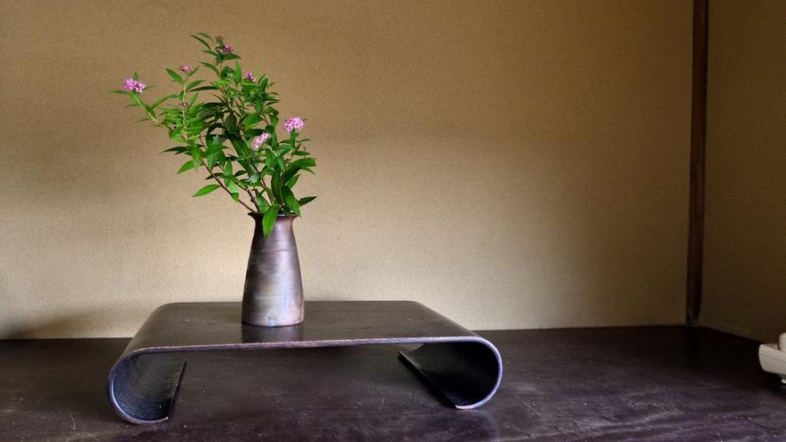 *【お部屋一例】お部屋には季節を感じさせる生け花を。お部屋の片隅でも季節の移ろいを感じていただけます