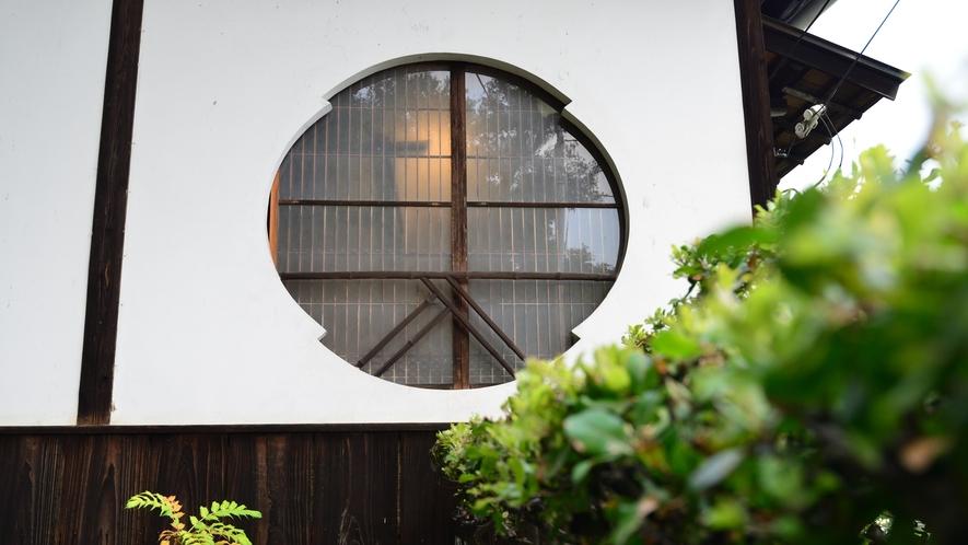 *【清風荘外観】階段をあがると見えてくる丸い窓が特長的な清風荘。離れで過ごす一日をお楽しみください