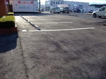 建物正面駐車場