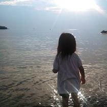 【海で遊ぶ子供】