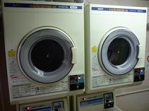 3階ランドリー室には、洗濯機・乾燥機がございます。