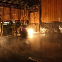 夜の露天風呂はライトアップされ幻想的な雰囲気に