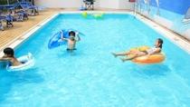 【夏季限定「屋外プール」】水深約80cmで安心して遊べます。7月中旬より