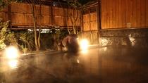 【露天風呂(夜)】夜の露天風呂はライトアップされ幻想的な雰囲気に