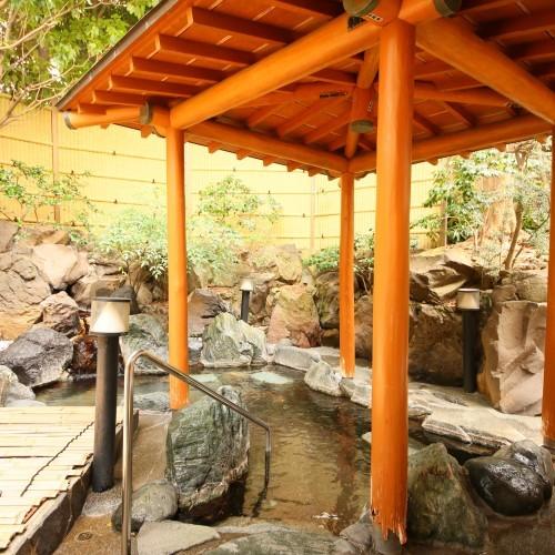露天風呂は和の風情があり、アルカリ性の温泉をゆっくりお楽しみ頂けます