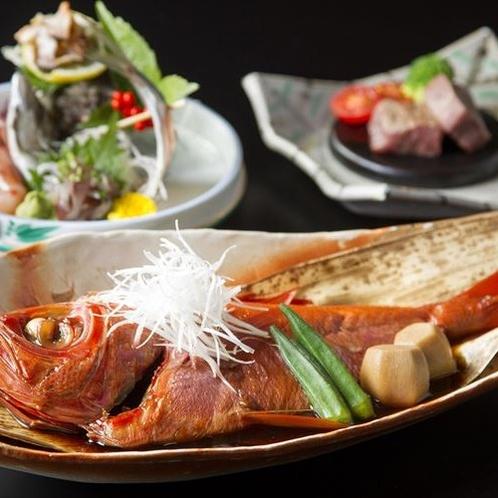 海の幸を中心とした和会席。金目鯛の姿煮は2~3名で一匹となります(一例)