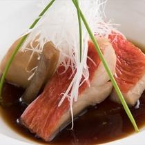 秘伝のタレがおいしさの秘訣「金目鯛の煮つけ」