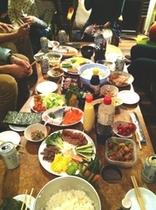 不定期開催の食事会の様子