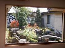 12. 吹き抜けの玄関から続く中庭