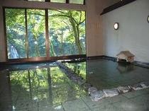 4. 景観美に癒されるお風呂(釣人の姿を見かけることもありますが川側からお風呂は見えません。)