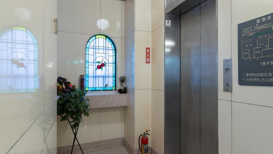 ・エレベーター 近くのステンドグラスをお楽しみください