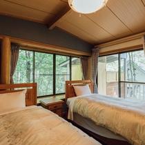 2017年リニューアルで、ベッドカバーやカーテンも一新。木のぬくもりに包まれてお休みください。