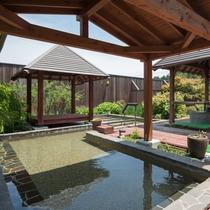 本館離れ露天風呂棟の温泉大露天風呂:癒しの甕湯でほっと一息。旅の疲れを癒してください。