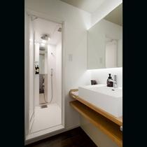 パウダールームとシャワーブース。女性大浴場はすぐそば。