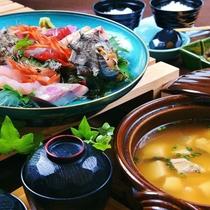 【部屋食】伊豆季節のお造りと特製お味噌汁セットをお部屋でお楽しみ下さい。