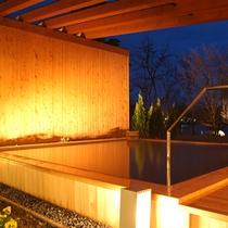 系列のホテル:夜の露天風呂