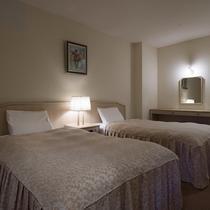 洋室はモダンな雰囲気のツインベッドです。