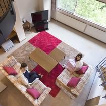 メゾネットスイートは部屋の中に階段が組みこまた2階層のお部屋。ゆったりとお寛ぎいただけます。