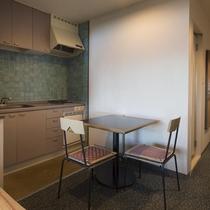 簡易キッチンもあり。長期滞在も可能です。