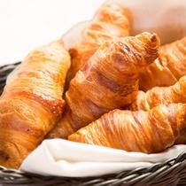 朝食の逸品~焼き立てクロワッサン~をスタッフがお配りいたします!