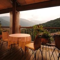 【スカイガーデンテラス】暮れゆく夕日を眺めながらディナーのひとときを
