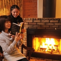 ■暖炉付きコテージ例■暖炉の前で読書