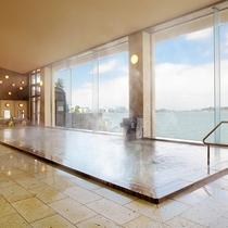 柴山潟を臨む大浴場