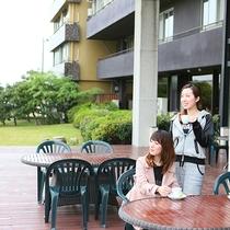 柴山潟を眺めながらのんびり過ごせる中庭